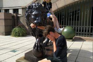 Nemari tradicija – įsiamžinti prie Karo muziejaus liūtų (daugiau nei 250 nuotraukų)