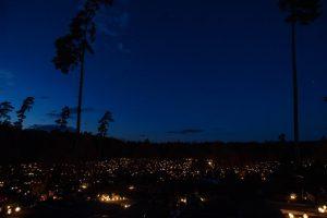 Kapinės virto žvakučių jūromis