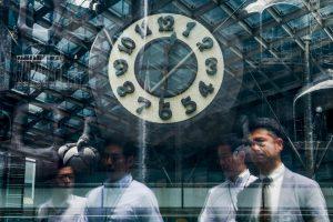 Vyriausybė: laikrodžio sukimas nekenkia verslui, o žala sveikatai – nežinoma