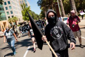 Kalifornijoje per protestuotojų susirėmus sužalota 10 žmonių