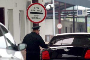 Girtas pasienietis siūlė pareigūnams kyšį