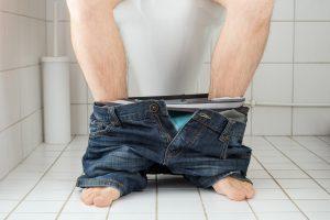Japonė peiliu perrėžė savo vyro veidą dėl dvokiančio tualeto