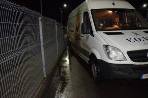 Latvio mikroautobusas apgadino pasienio punkto tvorą