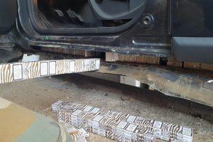 """Pasieniečiams įkliuvo nelegalių rūkalų prigrūstas """"Renault"""""""