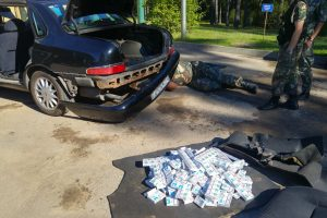 Rūkalais prikimštas automobilis baltarusiui kainuos tūkstantinę baudą