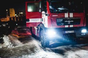 """Gaisras """"Iki"""" logistikos centro aikštelėje: atvira liepsna degė sunkvežimis"""