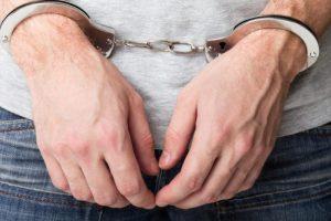 Po grasinimų nužudyti posūnį – į areštinę