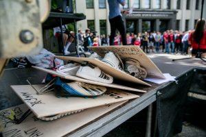 Sporto universiteto protesto akcija: politikams įteikti pakabinti sportbačiai