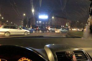 Judrioje sankryžoje Kaune – masinė avarija