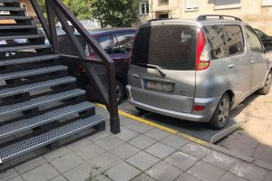 Toliau fiksuoja pažeidėjus: ne tik prie geltonos linijos, bet ir ant neįgaliųjų tako