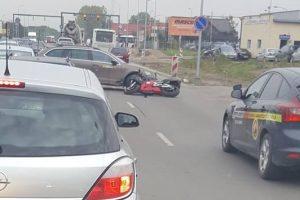 """Aleksote eismą paralyžiavo motociklo ir """"Škodos"""" avarija"""