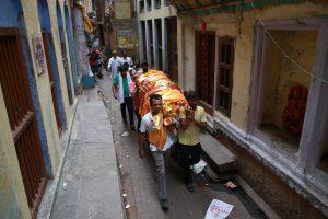 Dėl potvynio Indijoje palaikai kremuojami ant namų stogų