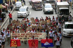 Filipinuose policijos mikroautobusas rėžėsi į protestuotojus, yra sužeistų