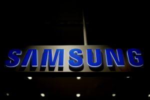 """""""Samsung"""" skils į dvi dalis?"""