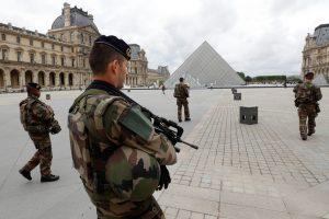 Prie Luvro muziejaus pašautas mačete ginkluotas užpuolikas