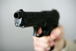 Kaune vyras švaistėsi nelegaliu ginklu – grasino nušauti brolį ir tėvą