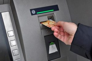 Klaipėdoje policininkai sulaikė svetimą banko kortelę naudojusius įtariamuosius
