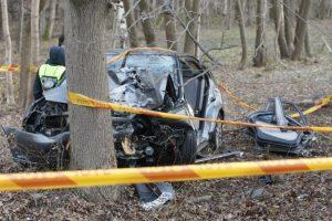 Avarija dėl nesaugaus greičio: nuvažiavo nuo kelio ir rėžėsi į medžius