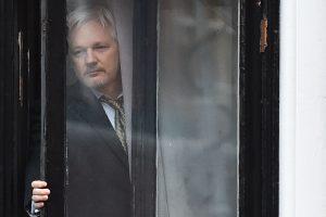 """""""WikiLeaks"""" įkūrėjas sutinka dalyvauti apklausoje dėl išžaginimo"""