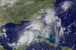 """Floridos pakrantė ruošiasi atogrąžų audrai """"Hermine"""""""