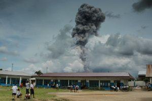 Indonezijos ugnikalnis vėl spjaudosi pelenais