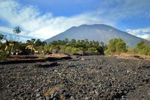 Balyje nuo ugnikalnio tolyn bėga dešimtys tūkstančių gyventojų
