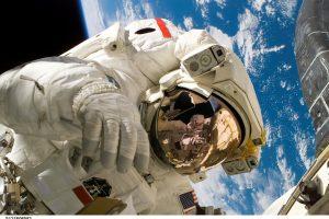 Rimtas iššūkis: atvirame kosmose atnaujinama laboratorija