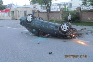 """Nuo pareigūnų sprukusio šiauliečio """"Mercedes"""" apvirto ant stogo"""
