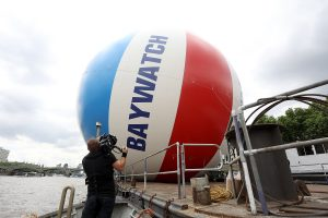 """""""Gelbėtojų"""" premjerą Londone vainikavo milžiniško kamuolio rekordas"""