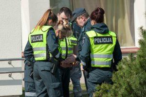 """Polikliniką jos vestibiulio taksofonu """"užminavęs"""" įtariamasis sulaikytas netoliese"""