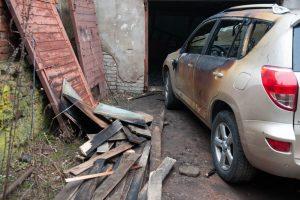 Požeminiam garaže užsiliepsnojo automobilis