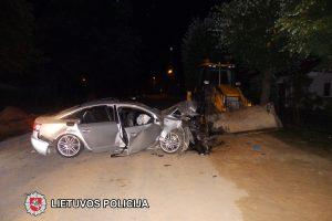 """Kazlų Rūdoje """"Audi"""" rėžėsi į ekskavatorių, sužeisti trys žmonės"""