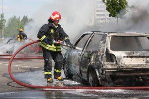 Iš degančios mašinos vyrą ištraukė ugniagesys savanoris