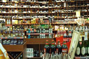 Kova su alkoholiu nesibaigia: griežtins prekybą daugiabučiuose?