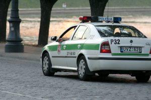 Neblaivus vyras peiliu dūrė į policijos mašinos stiklą