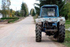 Lenkdamas neleistinoje vietoje vyras įvažiavo į traktorių