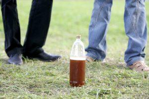 Po avarijos Pakruojo rajone – plastikiniai alaus buteliai