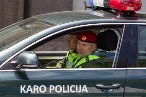 Padėti norėjusius karo policininkus puolė peiliu