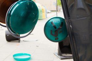 Nesuvaldžiusi automobilio panevėžietė rėžėsi į šviesoforą