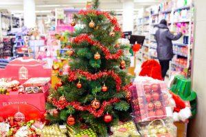 Prekybos centrai per šventes: vieni darbuotojams leis pailsėti, kiti – užsidirbti