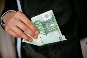 Du trečdaliai latvių mano, kad sąžiningai praturtėti – neįmanoma