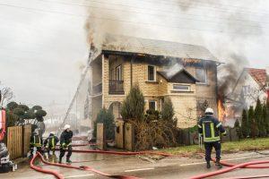 Didžiulis gaisras Aleksote: atvira liepsna degė du namai (vaizdo įrašas)