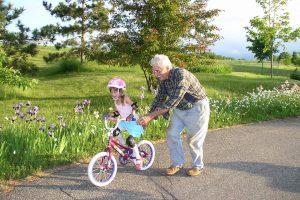 Vaiko priežiūros atostogų galės išeiti ir seneliai?