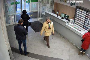 Policija prašo padėti atpažinti piniginę Alytuje pavogusią moterį