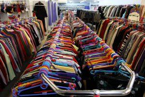 """Įtarimai parduotuvių tinklui: nuslėptos didelės pajamos ir algos """"vokeliuose"""""""