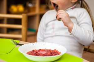 Tarnybos skambina pavojaus varpais: darželio maistu smarkiai apsinuodija vaikai