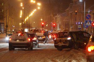 Naktį eismo sąlygos – nepavydėtinos: keliai vis dar apsnigti ir slidūs