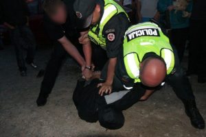 Prieš pareigūnus – agresyvių pažeidėjų išpuoliai