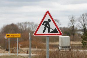 Nelaimė Prienų rajone: kelio darbininką ne tik partrenkė, bet ir pervažiavo