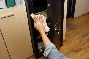 Iš namo pavogtas seifas su 50 tūkst. eurų ir aukso dirbiniais